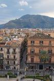 """PALERMO ITALIEN †""""03 Januari 2017: Från taket av den Palermo domkyrkan kan du se fantastisk cityscape av Palermo trevligt berg Arkivbilder"""