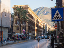 PALERMO ITALIEN - kan 13, 2015: Gångare som går i den gamla stadsmitten, Sicilien Arkivbild