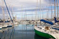 PALERMO ITALIEN - NOVEMBER 29, 2017: Fartyg och yachter som parkeras i L royaltyfria bilder