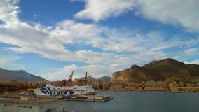 Palermo Italien - Oktober 04, 2018: Passagerare-och-frakter färja, hamnstad, montering Pellegrino arkivfilmer