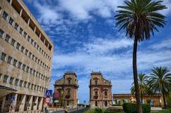 Palermo Italien, Sicilien Augusti 24 2015 De forntida portarna av staden Porta Felice fotografering för bildbyråer