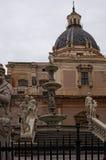 """PALERMO ITALY†""""03 Januari 2017: En av de huvudsakliga dragningarna av staden - Praetorian springbrunn Fontana Pretoria Arkivfoto"""