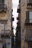 PALERMO, ITALY†'03 2017 Styczeń: Bardzo wąska ulica między dwa budynkami mieszkaniowymi palermo sicily Zdjęcia Stock