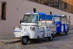 PALERMO, ITALY†'03 2017 Styczeń: Dwa nadzwyczajnego pojazdu dla miasto wycieczek turysycznych Obrazy Royalty Free
