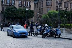 PALERMO, ITALY†'03 2017 Styczeń: Policjanci oglądają nad prawo i porządek blisko Massimo teatru Zdjęcia Stock