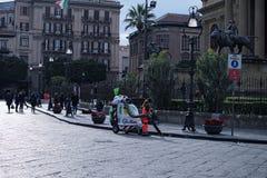 PALERMO, ITALY†'03 2017 Styczeń: Usługowy oficer vacuuming kwadrat blisko Massimo teatru Teatro Massimo Fotografia Stock