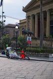 PALERMO, ITALY†'03 2017 Styczeń: Usługowy oficer vacuuming kwadrat blisko Massimo teatru Teatro Massimo Vittorio Emanuel Obrazy Stock