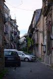PALERMO, ITALY†'03 2017 Styczeń: Zwyczajny podwórze między dwa budynkami mieszkaniowymi Obraz Stock