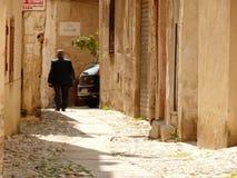 Palermo, Sic?lia, Italy 11/04/2010 Caminhadas sicilianos em um pequeno imagens de stock