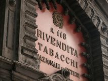 Palermo, Sicilia, Italia 11/04/2010 Muestra de la tienda de tabaco imágenes de archivo libres de regalías