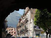 Palermo, Sizilien, Italien 11/04/2010 Popul?re Stra?e mit Gebirgswedel lizenzfreie stockfotografie