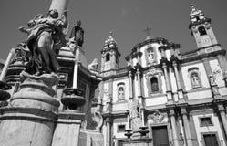 Palermo - St Dominic kyrklig och barock kolonn Arkivfoton