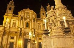 Palermo - St Dominic kyrklig och barock kolonn på natten Royaltyfri Fotografi