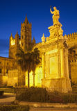 Palermo - torres ocidentais da catedral ou do domo no crepúsculo e na Santa Rosalia Imagem de Stock Royalty Free