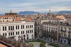 PALERMO, WŁOCHY †'03 2017 Styczeń: Widok od dachu Palermo katedra w starych domach Tyrrhenian morze w tle Zdjęcie Stock
