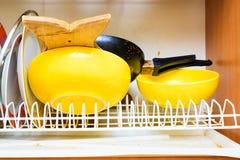 Palero sucio sucio con los platos limpios en cocina Foto de archivo