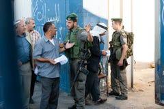 Palestijnen bij Israëlische militaire controlepost Stock Fotografie