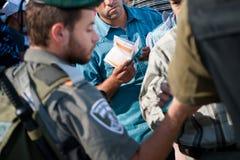 Palestijnen bij Israëlische militaire controlepost Stock Afbeelding