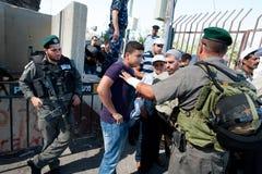 Palestijnen bij Israëlische militaire controlepost Stock Foto's