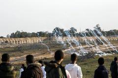 Palestijnse protesteerders tijdens conflicten met Israëlische krachten dichtbij grens Israël-Gaza stock afbeelding