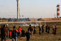 Palestijnse protesteerders tijdens conflicten met Israëlische krachten dichtbij grens Israël-Gaza stock afbeeldingen
