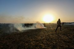 Palestijnse protesteerders tijdens conflicten met Israëlische krachten dichtbij grens Israël-Gaza royalty-vrije stock afbeelding