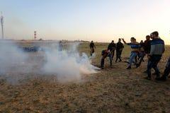 Palestijnse protesteerders tijdens conflicten met Israëlische krachten dichtbij grens Israël-Gaza stock fotografie