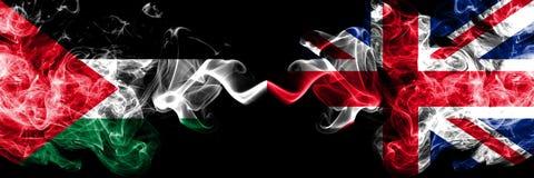 Palestina contra Reino Unido, bandeiras místicos fumarentos britânicas colocadas de lado a lado Grosso colorido de seda fuma a ba ilustração do vetor