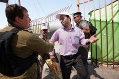 Palestinesi al punto di controllo militare israeliano Immagine Stock
