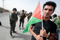 Palestinian Protesters Confront Israeli Soldiers Stock Photography