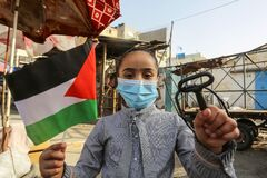 Palestinians supporters of Hamas join a pause demanding the right to return their homes in Israel