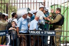 Palestinos en el punto de verificación militar israelí Fotos de archivo libres de regalías