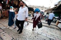 Palestinos en la puerta de Damasco de Jerusalén Foto de archivo