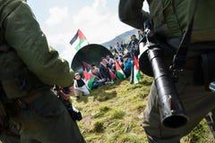 Palestinsk protest och israeliska soldater Arkivbilder