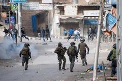Palestinsk protest och israeliska soldater Royaltyfri Fotografi