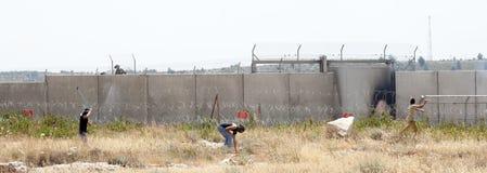 Palestinsk protest vid väggen av avskiljandeVästbanken Arkivfoto