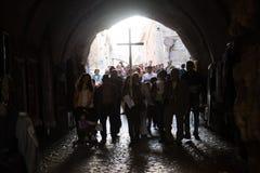 Palestinska kristen bär ett kors i Jerusalem fotografering för bildbyråer