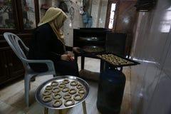 Palestinska kvinnor f?rbereder traditionella kakor fram?t av den Eid al-Fitr festligheter fotografering för bildbyråer