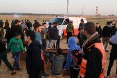 Palestinska personer som protesterar under sammandrabbningar med israeliska styrkor nära denGaza gränsen royaltyfria foton