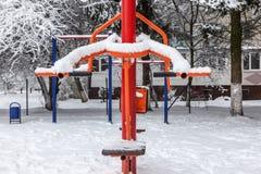 Palestra all'aperto di allenamento con l'ingranaggio di addestramento nell'inverno Fotografia Stock