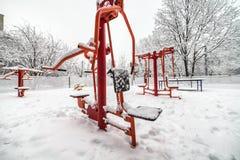 Palestra all'aperto di allenamento con l'ingranaggio di addestramento nell'inverno Immagini Stock