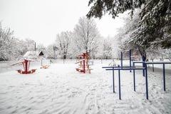 Palestra all'aperto di allenamento con l'ingranaggio di addestramento nell'inverno Fotografie Stock