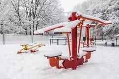 Palestra all'aperto di allenamento con l'ingranaggio di addestramento nell'inverno Fotografia Stock Libera da Diritti