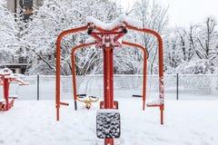Palestra all'aperto di allenamento con l'ingranaggio di addestramento nell'inverno Immagine Stock