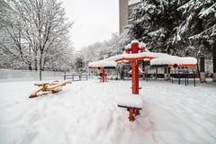 Palestra all'aperto di allenamento con l'ingranaggio di addestramento nell'inverno Fotografie Stock Libere da Diritti