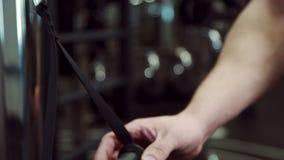 In palestra in automobile di addestramento l'uomo fissa la maniglia su una carabina robusta video d archivio