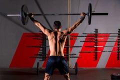 Palestra di allenamento di retrovisione dell'uomo di sollevamento pesi del bilanciere Fotografia Stock Libera da Diritti
