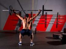 Palestra di allenamento di retrovisione dell'uomo di sollevamento pesi del bilanciere Immagini Stock