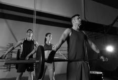 Palestra di esercizio di allenamento del gruppo di sollevamento pesi del bilanciere Fotografie Stock