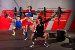 Palestra di esercizio di allenamento del gruppo di sollevamento pesi del bilanciere Immagini Stock